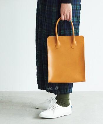 bulle de savon|Annak 四角ハンドバッグ  角でコーデを引き締めてくれるスクエアハンドバッグは、オンオフ問わず使える汎用性の高さが優秀。手持ちならではの収まりのよさが、その理由です。