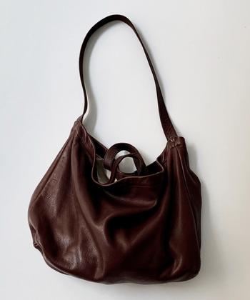 CONFECT|バレンシアレザーショルダーバッグ  きれいめナチュラルさんには、まろやかさの出る横長の形もよく似合います。くったりと柔らかな革で、実用性と同時にゆとりある上品さを手に入れて。