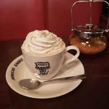 ウィンナーコーヒーとは、コーヒーの上に生クリームを乗せた、甘くまろやかなコーヒーのこと。生クリームの量や味など、お店によって個性はさまざま。