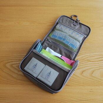 ケースを開け、フックに吊るして使える便利アイテム。スキンケアやヘアケアアイテムをこれ一つでまとめられます。大きなポケットやファスナー付きポケットがあり、収納力は十分!
