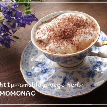 冷やしたチョコレートをおろし金などを使って削り、ウィンナーコーヒーの上に。チョコレートの風味が加わって、コクの深い味わいに。