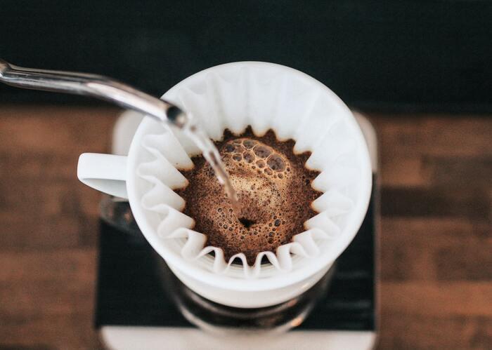 インスタントコーヒーでも構いませんが、美味しく淹れたいならドリップコーヒーを使用しましょう。深煎り豆を使い、濃い目に淹れてあげたほうが、生クリームとの相性がよくなりますよ。