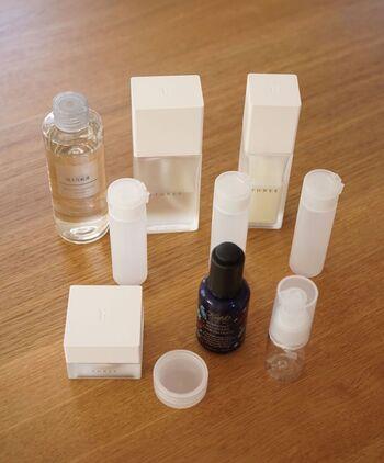 化粧水などをボトルごと持って行くのは大変…そんな時は、小分けボトルに詰め替えましょう♪スリムなボトルは持ち運びに便利です。ワンタッチタイプやポンプタイプなど種類豊富なので、アイテムに合わせて使い分けるとgood!