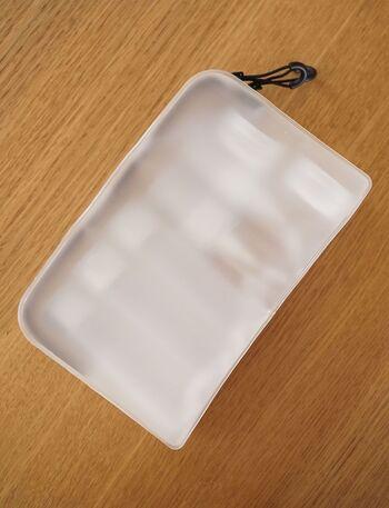 半透明のポーチに綺麗に収まると気持ち良い!自立するポーチなので、中のアイテムがスムーズに取り出せます。水をさっと拭き取れる素材で、洗面所に置いても安心。