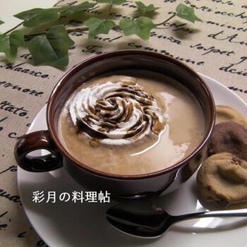 こちらはコーヒーにラムダーク酒をプラスした、大人のアレンジレシピ。生クリームの上からさらにコーヒーシロップをかけて、ほろ苦いアクセントを。
