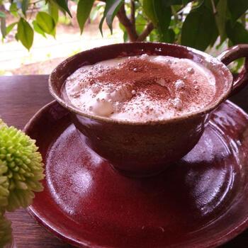 ウィンナーコーヒーにココアパウダー、そして大小のアラザンをトッピング。ちょっとしたアレンジですが、急な来客時にも喜ばれるおしゃれでかわいいドリンクが作れます♪