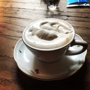 レトロでかわいいさくらんぼのカップに入った、ウィンナーコーヒー。コーヒーはこっくりと濃い目。その上にふんわり乗った甘い生クリームのバランスは絶妙です。