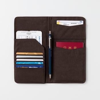 パスポートをはじめ、カードやチケットなどを美しく収納できるケース。落ち着いた色や質感で、きちんとした印象を与えます。海外旅行の必須アイテムになりますね。