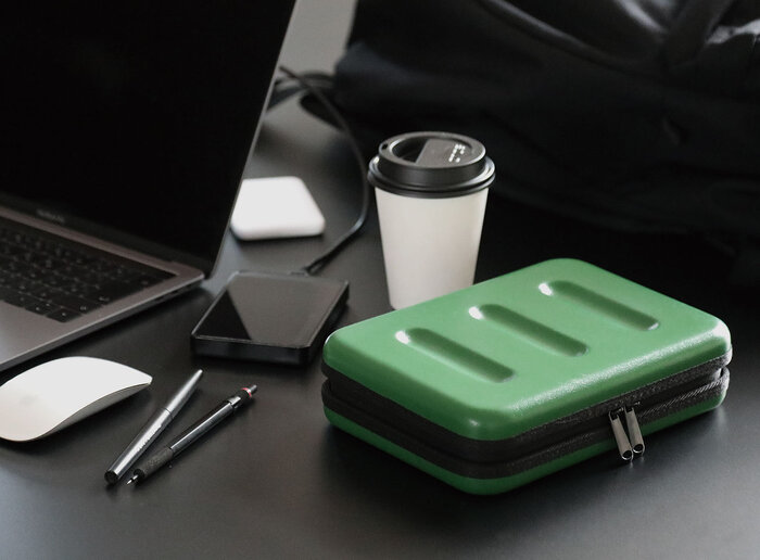 カラーバリエーションは6種類。ベーシックな色も鮮やかな色もありますよ。かっこいいデザインで、デスクに置いても様になりますね。