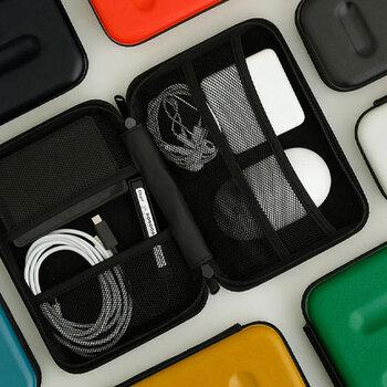 衝撃に強いハードケースは、大切な電子機器をしっかり守ってくれます。ポケットがたくさんあるので、ごちゃつかず綺麗に入れられるのが嬉しい。