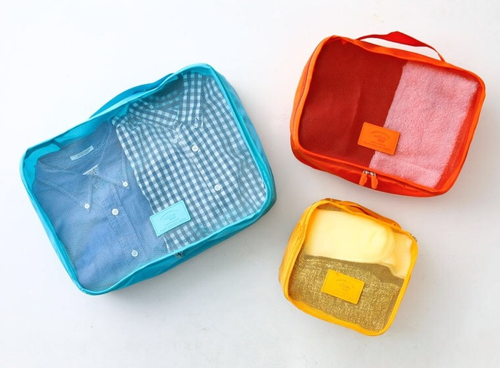 ポップなカラーが可愛い衣類ケース。ファスナーを引くと大きく開き、服やタオルを重ねて入れられます。サイズはSMLと3種類あるので、用途に合わせて選ぶと良いですね。