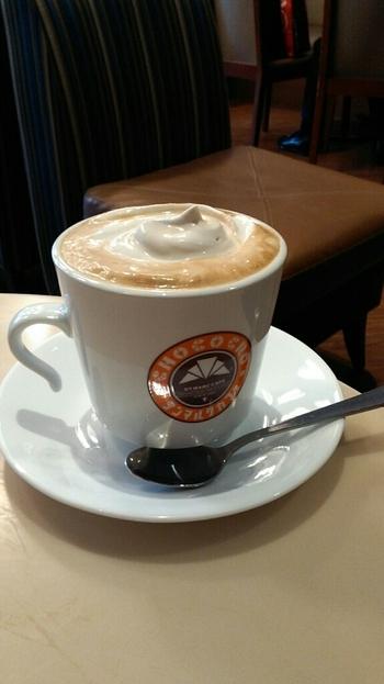気軽に飲むことができるのが、「サンマルクカフェ」のウィンナーコーヒー。リーズナブルなのに本格派!ホイップクリームにはほんのりリキュールが入っています。