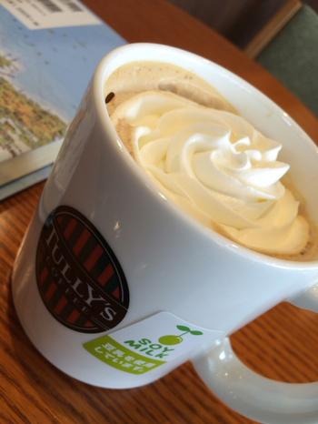 タリーズコーヒーでもウィンナーコーヒーを飲むことができるんです。定番メニューのカフェラテにホイップクリームを追加でオーダーしてみて。