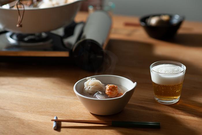 「無印良品 からだにフィットするソファ」などを手掛けたことで有名なプロダクトデザイナーの、柴田文江氏がデザインを手掛けており、シンプルで無駄のない上品な佇まいは、和洋どんな食卓とも相性がよく、食卓のアクセントにもなります。