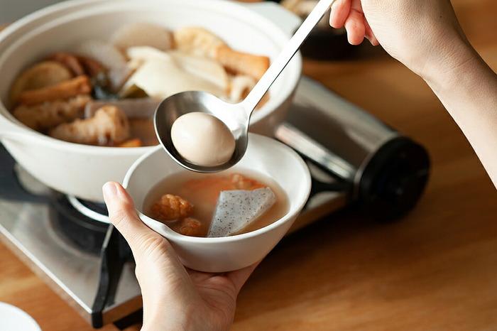 「KINTO(キントー)」の「カコミ」シリーズの「とんすい」。とんすいとは、縁の一部が少し突出している小鉢のことです。この部分に指を引っ掛けて持つことで、熱い料理を入れても持ちやすく、鍋の取皿や取り鉢に最適な器です。