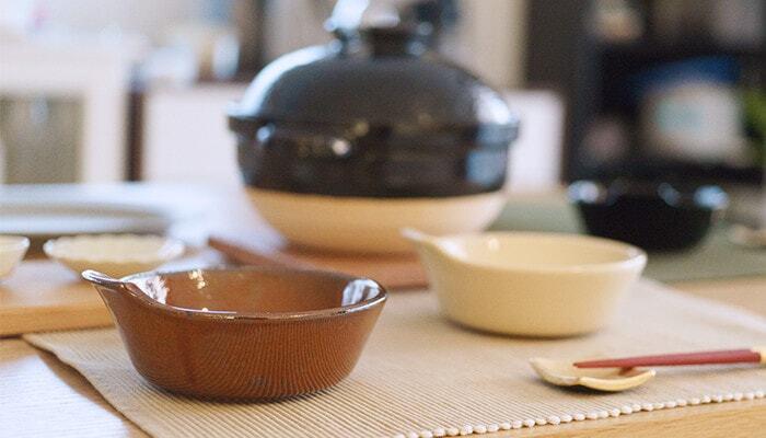 三重県の四日市市の陶器ブランド「4TH-MARKET(フォースマーケット)」の「アグラとんすい」。萬古焼が代表的な地場産業として有名な四日市市は、土鍋の産地としても知られており、そんな土鍋のお供にピッタリな萬古焼のとんすいは、約φ130×H55mmと、少し大きめに作られています。