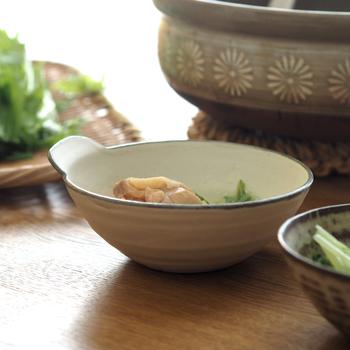 素朴な佇まいが食卓に心地よい和やかさをもたらしてくれそうな、丹波焼で作られたとんすい。ココチ舎のとんすいはφ12.8×H5(cm)と、少し浅広の作りになっており、高台がないため見た目もスッキリ。