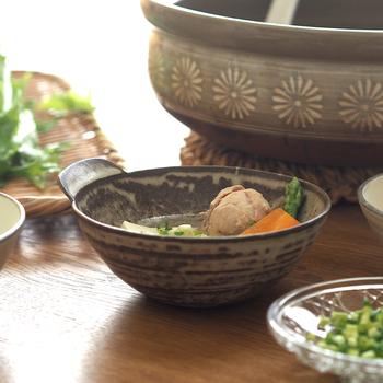 焼き物ならではの、趣のある色の出方が面白い「マット釉」は、光沢が少ない釉薬なのに、ガラスのような質感があるので、なめらかな手触りに仕上がっています。どちらも、鍋料理の取り分けだけでなく、ちょっとした副菜やひとり分のサラダを盛りつける、和風の小鉢としても重宝します。