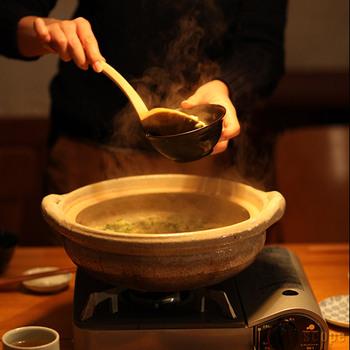 とり鉢は、約φ122×H53(mm)と深めなので、小鉢として使っても食卓で映えます。どちらも、一点一点ろくろで手挽きで作られた波佐見焼で、落ち着きのある黒さが美しい海鼠釉と、やわらかな雰囲気の柞灰。