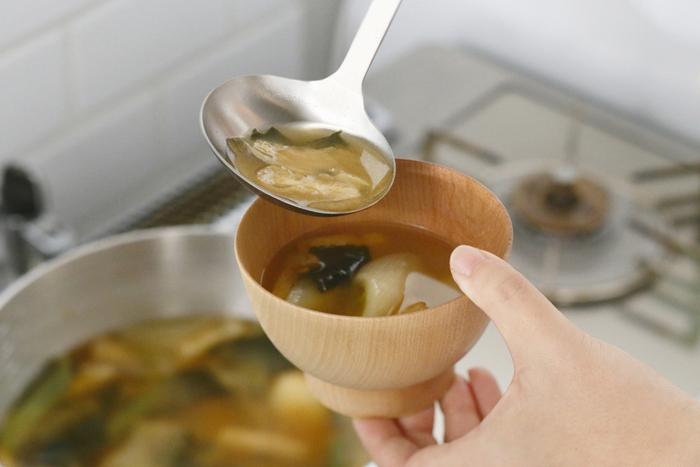 金属製洋食器の産地として有名な新潟県燕市にて、大正11年に創業した「工房アイザワ」のオールステンレスのキッチンツールの、パセリシリーズのお玉。