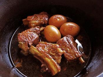 スペアリブをコーラで煮た、甘辛い豪快煮物。八角を加えることで、味に個性が加わります。卵もプラスすれば、しっかりボリュームのあるメインおかずになりますね。