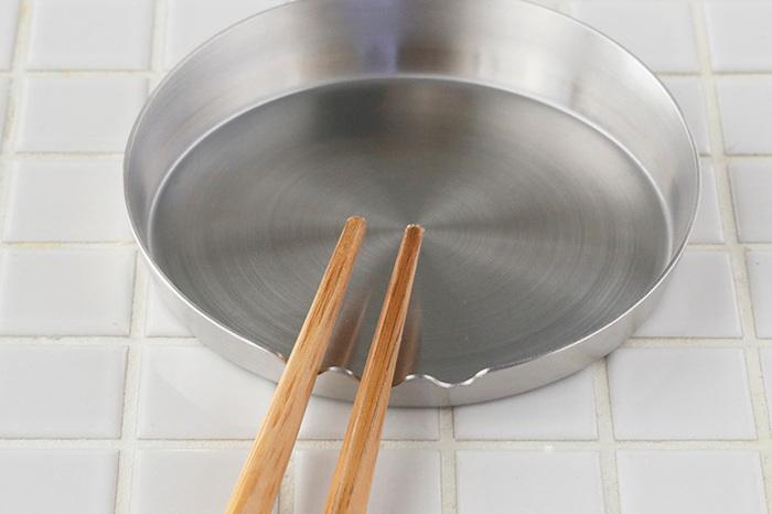 シンプルな形状ながら、18-8ステンレス製で、縁まで一体となった丸皿なので、隅々まで洗うことができて衛生的です。縁は手前が低く作られており、その低い部分に溝もつけられているので、お玉だけでなく菜箸も転がらずに置くことができ、普段の調理の際も役立ちます。