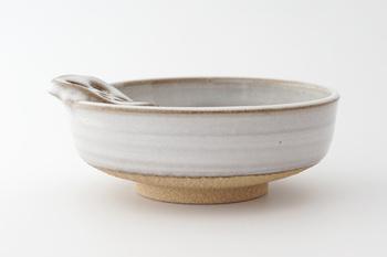 土物ならではの、口当たりのやわらかさがあるので、料理の味見にも適しており、手作りならではの温かみや、素朴な風合いと、ユニークな見た目は、お玉置きだけでなく、小鉢や取り鉢として使っても料理が映えます。