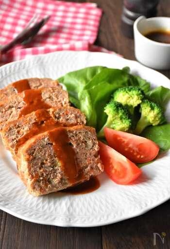 合いびき肉と玉ねぎ、にんじんといったシンプルな材料でお肉と野菜の旨みを味わう、ミートローフの基本レシピ。230度のオーブンで40分ほどじっくり焼いて完成の、スタンダードな一品です。
