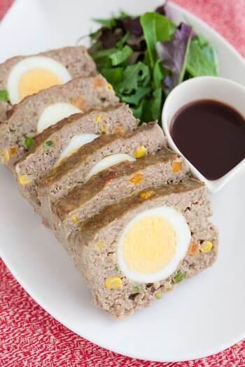 さらに、ミートローフはゆで卵を入れるなどのアレンジが多様で、切り分けるときに鮮やかに食材の色が出るのが特徴。また、ハンバーグは熱いうちに食べますが、ミートローフは冷ましてから切り分けて食べます。