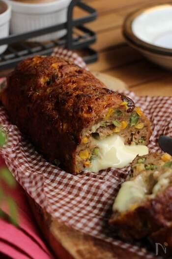 くるくる巻いたスライスチーズがとろりと出てくる、切り分けて楽しいミートローフ。鶏ひき肉と豚ひき肉が半量ずつの、あっさりとした味わいの肉だねはチーズと相性抜群。栗も入って食感も良い、季節感もある一品です。