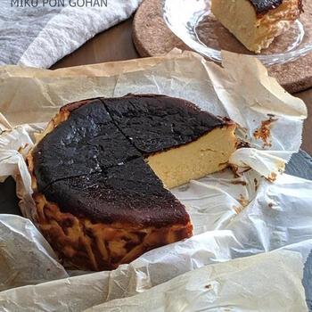 こちらはアイスクリームを混ぜて作る簡単バスク風チーズケーキです。生クリームの代わりに濃厚なコクを感じるアイスクリームをアレンジしています。材料を全部混ぜたら、型に流してあとはオーブンで焼くだけ。  難しいところもなく、子供と一緒にも作れるお手軽バスク風チーズケーキ。コンビニスイーツを買いにいくよりも、おうちでたっぷり食べた方が満足感が高いですよね。