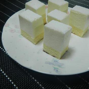 生クリームを使わず、ヨーグルトをたっぷりと使ったレアチーズケーキはほどよい酸味とまろやかな甘さを堪能できるヘルシースイーツです。クリームチーズと同量のヨーグルトを使っています。  ゼラチンも電子レンジで溶かすので、とても簡単。手間なくレアチーズケーキを作れます。底に敷くスポンジケーキは市販のものを利用しています。最近はリーズナブルなスポンジもいろいろあるので、便利に使えますよね。