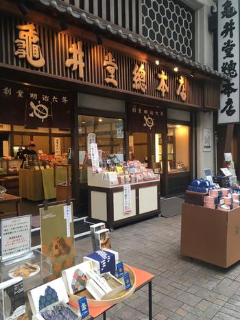 洋菓子店が多い神戸ですが、老舗の和菓子店もあります。それが明治6年創業の亀井堂總本店。元町商店街にある他、JR垂水駅・JR六甲道駅にも店舗があります。