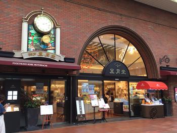 神戸のお土産として定番のゴーフル。そのゴーフルを作っている風月堂の本店は、元町商店街にあります。明治30年の創業で、クラシカルな外観が神戸の街に馴染んでいます。