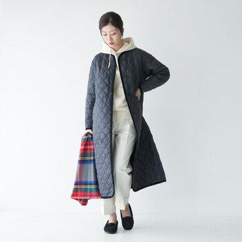「LAVENHAM(ラベンハム)」のロングコートは、薄手で着ぶくれしにくいのが魅力。ロング丈なら足元からの冷えも守ってくれます。腰回りが気になる人にもおすすめの長さです。ノーカラーなので、パーカーのフードを出したりマフラーを巻いても◎。サッと羽織るだけでサマになるので、あると便利な一着です。