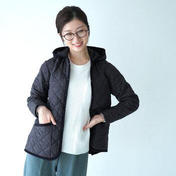 """「LAVENHAM(ラベンハム)」のキルティングコートの中でも人気が高い"""" CRAYDON(クレイドン)""""。独自に開発した素材を使用し、生地の密度が高く、薄くても防寒性は◎。マットな素材感で高級感もあるので、大人女子にぴったりです。内側にはポケットがついていたり、サイドのスリットで気安さがアップしていたりと機能面も頼りになります。"""