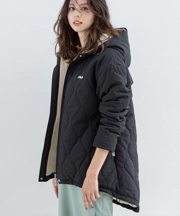 「FILA(フィラ)」のキルティングコートは、内側がフリースで暖かさは抜群です。後ろ側が長くなっているので、腰回りを隠してくれつつ、寒さからも守ってくれます。カジュアルなコーデやスポーツミックスのコーデと合わせるのがおすすめです。