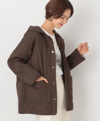 「LEPSIM(レプシィム)」のコートはフード付きで可愛らしい印象に。フードは取り外しができるので、コーデに合わせて着こなすことができます。ゆったりとしたサイズ感なので、インナーをたくさん着こむことも可能です。丸いキルティングのステッチが女性らしさをプラスしてくれますよ。