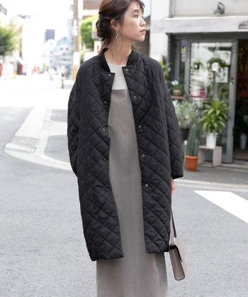 「F by ROSSO(エフバイロッソ)」のコートは、襟もとがブルゾンのようなデザインになっています。一見メンズライクに見えますが、計算されたシルエットで着てみるとレディライクな雰囲気に。中に厚手のニットを着こむことができるので、寒い季節もスッと着ることができますよ。