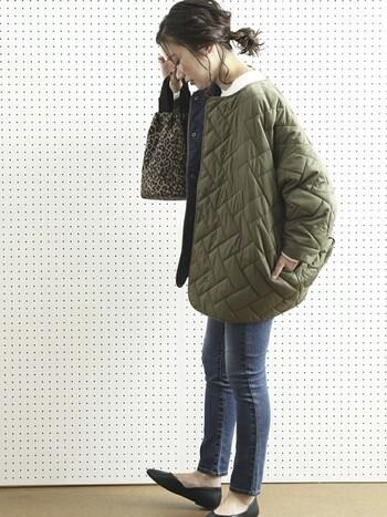 デニム×キルティングコート組み合わせは、定番の組み合わせ。タイトなデニムで、ボリュームのあるコートもすっきりと。足元はパンプスで女性らしさをプラスしています。