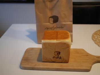 一番人気は「角型食パン」で、1斤と2斤があります。食パンにはむつか堂のロゴと食パンのマークの焼印がついています。