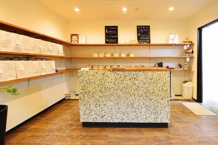 高級「生」食パンで知られる「乃が美」。全国で多い日は1日80,000本以上売れるほど人気を集めています。こちらは唐人町商店街内にあるお店。卵を使わずにオリジナル小麦粉を使って、丁寧に焼き上げられる生食パンはファンの多い逸品です。