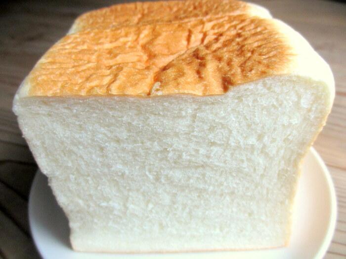 耳まで柔らかい、しっとりとした口当たりの生食パン。ハチミツが入っているのでふんわりと甘みを感じられ、耳は香ばしさが広がります。そのまま食べて生地の美味しさを味わうのが一番美味しいんだそう。ハーフ(1斤)とレギュラー(2斤)の2種類から選べます。
