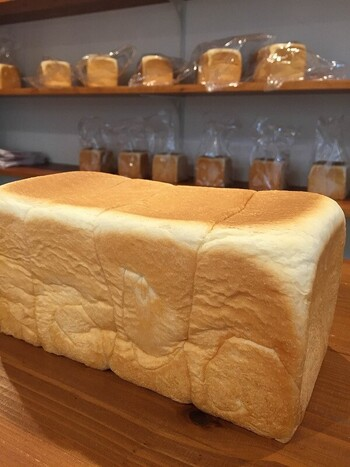 食パンは、高級「生」食パンのみ。オリジナルブレンドの小麦粉、生クリーム、バターなど厳選した素材を使用して作っています。オリジナルマーガリンを使っているというのも特徴で、よりコクが出て、小麦粉など素材本来の味わいを楽しめる仕上がりに。