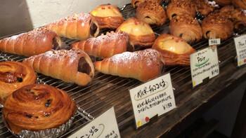安心安全な材料にこだわり、パンには自家製酵母を使用。バゲットやベーグルなどスタンダードなパンのほか、ハニーマスタードサンドなどの総菜パンや、ベルギーチョココルネなどの菓子パンもあります。幅広い品ぞろえの中には100円を下回るお値段のものもあり、いろんな種類を買って食べ比べも楽しめますよ。人気店のため、気になるパンがある時はお早目にお買い求めくださいね。