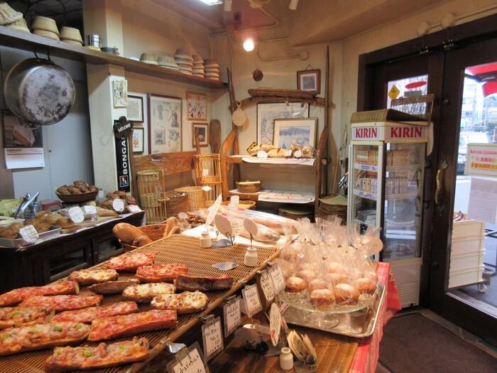 大阪メトロ肥後橋駅から徒歩2分のところにある「ブーランジェリー・タカギ」。国産小麦や天然酵母を使用するなど、素材にこだわったパンを作っていることで知られるお店です。店内にはパン作りに使われる道具が並べられ、手作りを肌で感じられるあたたかい雰囲気。