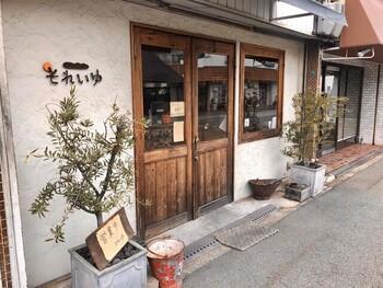 阪堺電軌上町線姫松駅から徒歩5分のところにある「オーガニックパン工房 それいゆ」は、夫婦で営業している小さなパン屋さん。素朴な風合いの木のドアを開けると、二階が吹き抜けになった、あたたかい雰囲気の店内が広がります。こちらのお店のこだわりは、オーガニックの素材やアレルギーにやさしいパンを提供していること。