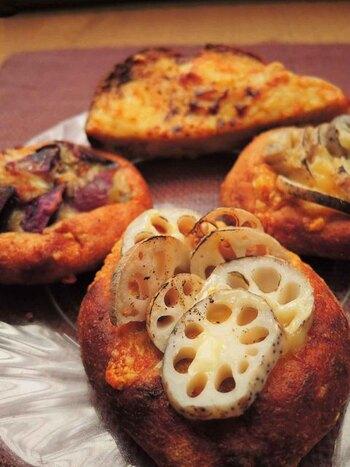 例えば天然酵母は自家製で、有機小麦は店内の石うすでひいたもの。生地には卵や乳製品を使わず、野菜などの具材もオーガニックで無農薬のものを選りすぐっています。石窯で一つ一つ丁寧に焼き上げているため、もちもちとした食感が特徴的。お子さんと一緒に食べるのにも安心のパン屋さんです。