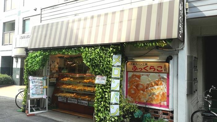 中にクリームが入っていたり、チョコチップが入っていたりと、さまざまなスタイルが生まれているメロンパン。しかし大阪メトロ天神橋筋六丁目駅より徒歩4分ほどのところにある「ふっくらこ」では、昔ながらのスタンダードなメロンパンを楽しむことができます。