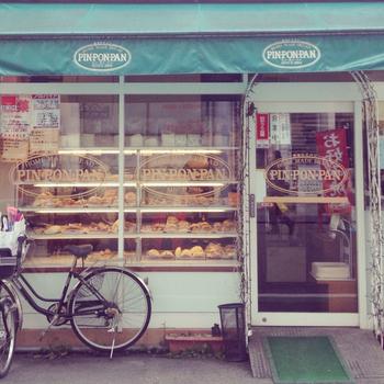 阪神九条駅から徒歩6分。「PIN・PON・PAN」は、激安スーパーとして知られる「スーパー玉出」のすぐ近くにある、リズミカルな名前のパン屋さんです。価格を競うように、そのお値段はとってもリーズナブル。安いのに本格的で美味しいパンが楽しめます。